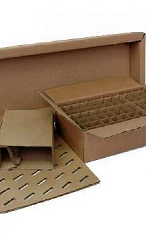 Caixa de papelão com divisórias