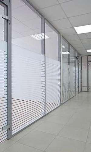 Divisória de alumínio com vidro