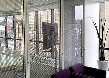 Divisória de vidro com persiana embutida Brasilândia
