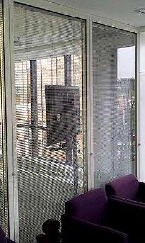 Divisória de vidro com persiana embutida