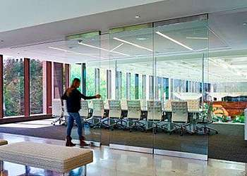 Divisória de vidro com porta de correr Brasilândia