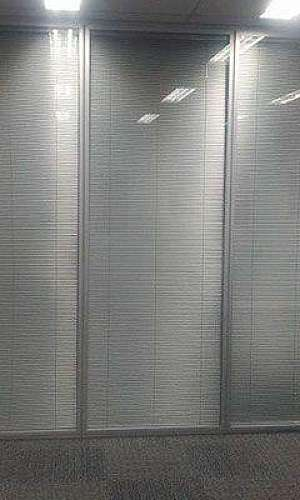 Divisória vidro duplo com persianas